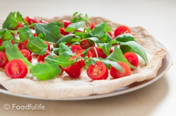 Pizza with tomatoes, rocket and parmesan (front view 3)